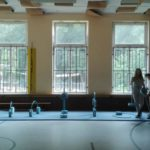 23.8.19: Die 8. Klasse bereitet in der Turnhalle einen Parcour für die 7. Klasse vor.